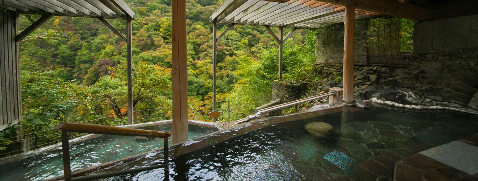 渓谷に向かって 段々になっている湯船から 絶景を堪能
