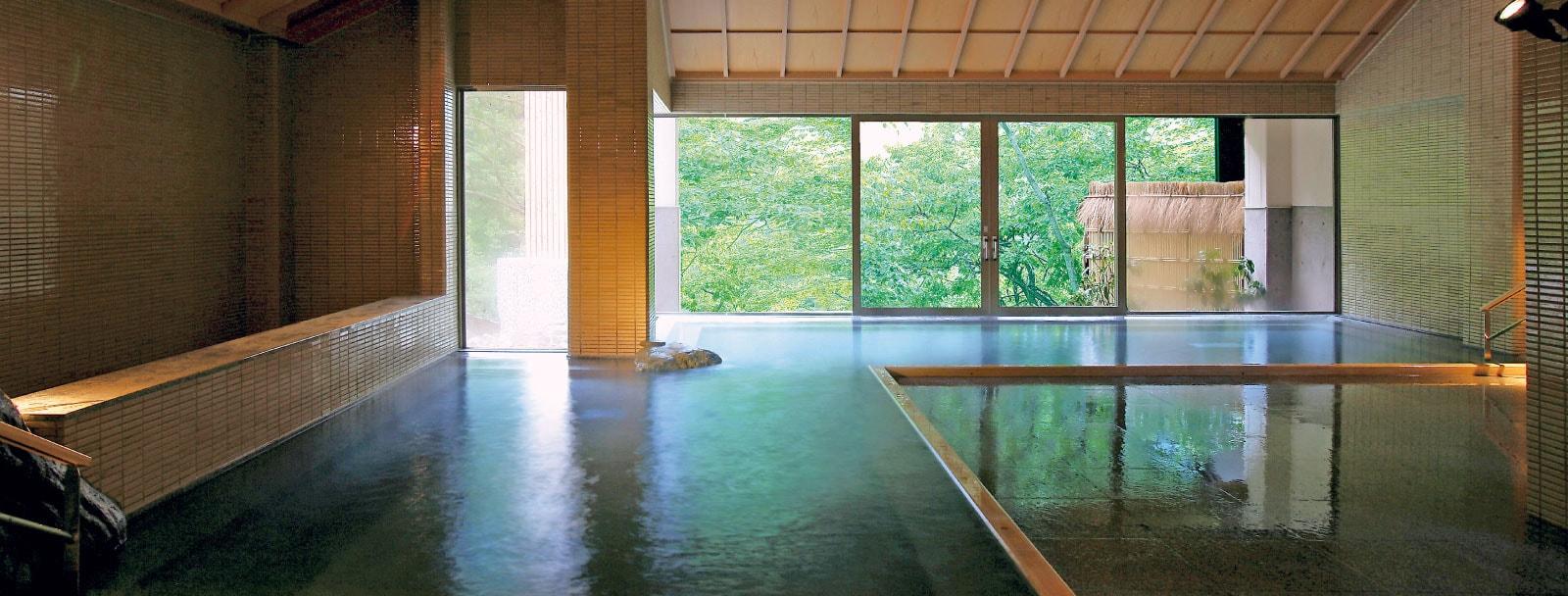湯量豊富に芦ノ牧温泉広々と解放感溢れる内湯