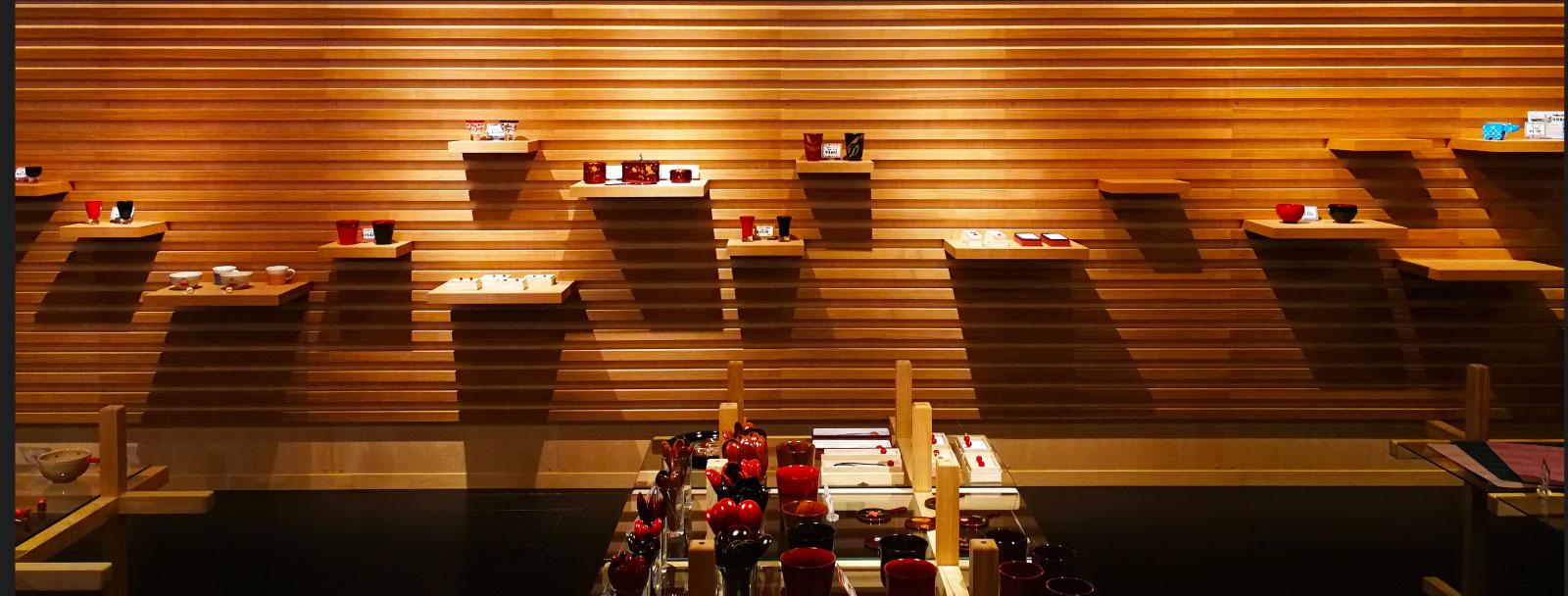 木材を多く使用した店内で。 会津のお土産選び